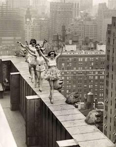 vintage everyday: Four ballerinas dancing freely on the edge of a skyscraper in New York, 1925 Vintage Pictures, Old Pictures, Vintage Images, Old Photos, Foto Flash, Bild Tattoos, Foto Fashion, Style Fashion, Foto Real