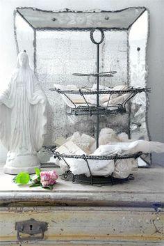 Risultati immagini per bunny fil de fer Annie Sloan, Shabby Vintage, Shabby Chic, Vintage Diy, Vintage Decor, Vintage Style, Jeanne Darc Living, Home Altar, Romantic Homes