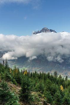 Schöne Herbstwanderung im Glarnerland - Wandertipp - Schweiz Holes Book, Sky And Clouds, Mount Rainier, Trekking, Switzerland, Perspective, Beautiful Places, Places To Visit, Mountains
