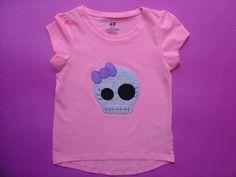 Camiseta rosa con calavera con lacito de aplicaciones patchwork en morado y azul