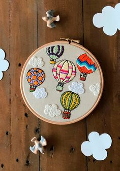 Dreamy freestyle embroidery with colourful hot air balloons! Simple Embroidery Designs, Embroidery Stitches Tutorial, Embroidery Flowers Pattern, Embroidery On Clothes, Creative Embroidery, Hand Embroidery Flowers, Embroidery Patterns Free, Embroidery Hoop Art, Air Balloon
