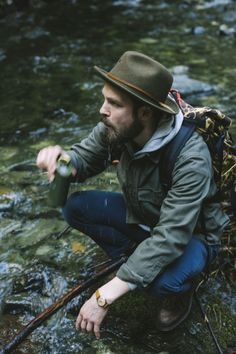 Rugged hiking outfit inspiration with an olive fedora camo backpack retro watch boots denim gray hoody green shacket Rugged Men, Rugged Style, Mens Outdoor Fashion, Mens Fashion, Fashion Trends, Camo Backpack, Estilo Denim, Retro Watches, Look Man