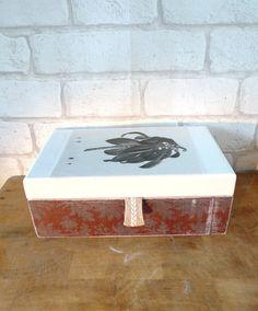 Caja de madera envejecida y con acabado en decoupage. Fotografía de botánica antigua. Sin compartimentos.  Largo: 21cm  Ancho : 11cm  Altura : 8cm