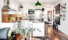 Fa és fém, barna, fekete és fehér - 39nm-es kis lakás érdekesen Decoration, Kitchen Interior, Kitchen Dining, Small Spaces, Sweet Home, Living Room, Interior Design, The Originals, Table