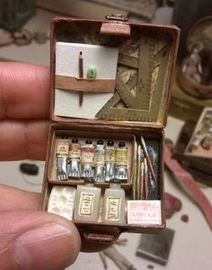 This is sooo cute -- it's a mini art box for a doll's house. Miniature Crafts, Miniature Dolls, Miniature Houses, Miniature Furniture, Dollhouse Furniture, Barbie Furniture, Mini Craft, Tiny World, Miniture Things