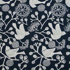 真夜中の鳥を題材に作ったプリント生地「bird garden」の図案を基に、刺繍生地を作りました。ペンで描いた図案を線をなぞるように刺繍の針が進みます。ブロード生地なのでスカートやワンピースなどに仕立てると素敵です。(※麻生地よ