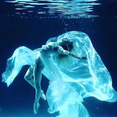 Floating toward the weekend with feels wonderful. to Surfac… Floating toward the weekend with feels wonderful. Underwater Photoshoot, Underwater Model, Underwater Art, Dance Photography, Underwater Photography, Portrait Photography, Photos Sous-marines, Pictures, Dance Aesthetic