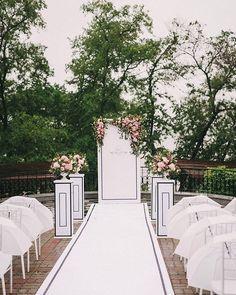 Ну и ещё одну на ночь глядя, поближе :) Классический характер свадьбы с использованием черного цвета был изначально выбран невестой Полиной, да и что скрывать, все это безумно ей идет :) Нашей радости не было предела, ведь мы так долго ждали пару , которая не побоится такого нестандартного для свадьбы черно-белого котраста. В самый важный для всех нас день шел дождь, но он только добавил красок, настроения и сплотил гостей :) это был чудесный, романтичный и такой красивый праздник в самом…