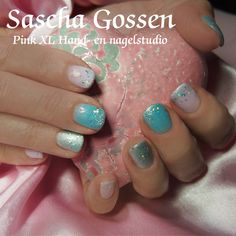My customer wanted a design from Pinterest, so I took my Brisa Lite, CND Shellac Azure Wish, Cake Pop and Silver Chroom....