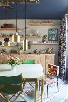 Projeto do escritório GCG Architectes. Sala de jantar com mix de estampas. Espaço mostra que ousar na mistura é sucesso garantido. (Foto: Robin Petillault)