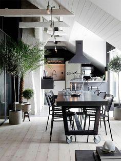 küche dachschräge moderner essbereich in schwarz und weiß