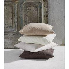 Suchen Sie einen passenden Bezug für die Zierkissen auf Ihrem Bett oder Sofa? Mit dieser Kissenhülle in Anthrazitfarben runden Sie Ihr Einrichtungskonzept harmonisch ab. Dank praktischem Reißverschluss setzen Sie im Handumdrehen einen stimmigen Akzent im Schlaf- oder Wohnzimmer. Die ca. 40 x 40 cm große Hülle besteht zu 100 % aus Synthetikfaser und bleibt immer gut in Form. Verschönern Sie Ihr Wohnambiente!