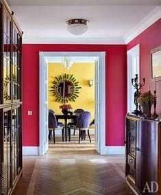 Холл. Справа расположены гостевая спальня и кухня. Слева — хозяйская спальня и детская. Антикварный комод с мраморной столешницей, Nero Porta. Светильник, Patinas. Стены выкрашены краской Farrow & Ball.