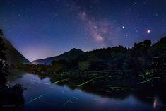 KAGAYA @KAGAYA_11949  6月15日 蛍の川と天の川。 夜更けに月が西へ傾くと、草の陰に身を潜めていた蛍たちが川面をすべり、にわかに光でいっぱいの川となりました。まるで宮沢賢治さんの「銀河鉄道の夜」の世界。 (一昨日、岡山県岡山市にて撮影)