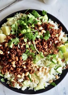Sprøstekt kjøttdeig med korianderris Asian Recipes, Ethnic Recipes, Frisk, Wok, Cobb Salad, Chili, Cilantro, Asian Food Recipes, Chilis