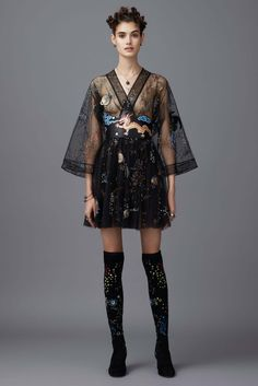 Valentino Pre-Fall 2016 Fashion Show Trendy, Edgy. Chic – black Short Dress with Long Sheer Sleeve – Valentino Pre-Fall 2016 Fashion Show - Agenda De La Défilé Style Haute Couture, Couture Fashion, Runway Fashion, High Fashion, Fashion Show, Womens Fashion, Fashion Design, Paris Fashion, Fashion Fashion