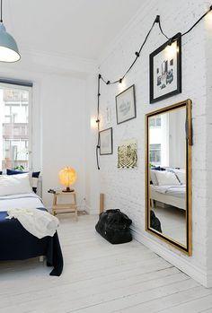 parquet blanc, grand miroir mural, mur en briques peintes blanches