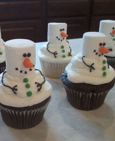 Frosty the Snowman Cupcakes. Tons of really creative Christmas cupcake ideas! Cute idea vegans make vegan cupcakes and use vegan marshmallows! Noel Christmas, Christmas Goodies, Christmas Desserts, Christmas Treats, Holiday Treats, Holiday Recipes, Christmas Parties, Christmas Cup Cakes Ideas, Holiday Foods