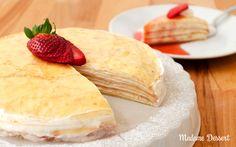 Mille Crêpes Cake – Schicht für Schicht ein Gedicht! 1000 Schichten hauchdünner Crêpes, verbunden durch eine frische Creme, mit fruchtiger Erdbeersauce.  #erdbeeren #crêpes #erdbeersauce