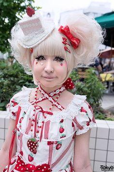 Strawberry-loving sweet lolita in Harajuku with Angelic Pretty, Baby The Stars Shine Bright & kawaii cake hat. Harajuku Fashion, Japan Fashion, Kawaii Fashion, Lolita Fashion, Grunge Fashion, Harajuku Style, Visual Kei, Strawberry Hair, Lolita Goth