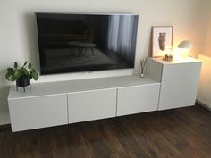 Wat is Avant-garde meubels? Living Pequeños, Ikea Living Room, Home And Living, Modern Living, Home Interior Accessories, Interior Design, Ikea Tv Wall Unit, Trofast Ikea, Ikea Nordli