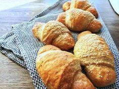 Grove pølsehorn der bliver store og meget luftige. De er helt perfekte til madpakken eller som snack, når der skal være lidt lækkert.