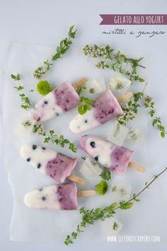 Gelato allo yogurt con lo stecco, semplice da fare, senza gelatiera: yogurt, un po' di frutta, un frullino ad immersione e il gioco è fatto!