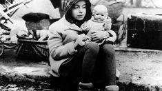 Ein Mädchen aus einem Flüchtlingstreck mit ihrer Puppe im Arm in den Wirren der Nachkriegszeit. (picture alliance / dpa US Army)
