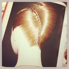 1番気になるのはこれです。 編み込み云々以前に、ちゃんと形を整えたすき毛をしっかり綺麗にセットすることで出来上がるボリュームのある#夜会巻き のhow toが載ってますので、これで勉強したいと思います。すき毛は、#円錐状 に乗せるのね…!写真を見て目から鱗でした。 夜会巻きの境目に三つ編み這わすテクは、すごくいいなあと思う!