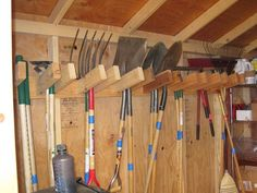 Фотография:  в стиле , Советы, Дом и дача, организация хранения в хозблоке, хранение садового инвентаря, хранение садовых инструментов – фото на InMyRoom.ru