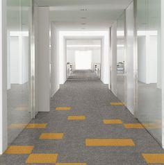 El #suelo de #moqueta en #loseta gris y tonalidades amarillas le da un toque alegre a la #oficina.  #interiorismo #decoración #designehome #suelosunicos