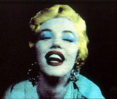Marilyn colorizada na tela do computador.  Amostras recém-descoberta da arte pioneira de Warhol no Commodore Amiga 1000, de 1985.  Veja mais em: http://semioticas1.blogspot.com.br/2014/07/o-primeiro-warhol-on-line.html