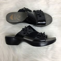 21a6971fedb61a Dansko Sz 39 US 8.5 9 Donna Black Patent Leather Flower Sandals Shoes