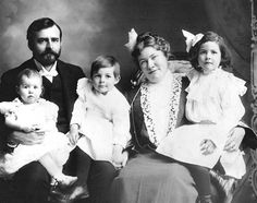 Ernest Hemingway's family, with his parents Clarence and Grace Hall. He is the child in the middle between his sisters Ursula and Marcelline.  http://api.ning.com/files/g2VI7LNG*YhfDsCXPU4B02fUGkJerhnTK2StR-CnvZo_/HemingwayFamilyChild.jpg  HemingwayFamilyChild.jpg (647×510)