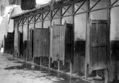 1930 Sanitarios en el interior de una vecindada
