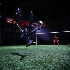 @aubameyang97 in action tonight at @nikefootball #strikenight  @andrevsilva10 was crowned the @nikefootball #StrikeNight Champion!!  . . photo; @nikefootball . . #footydotcom #fcfc #footballboot #soccercleats #cleats #football #soccer #futbol #cleatstagram #totalsoccerofficial #fussball #silva #porto #fcporto  #nikefootball #nikesoccer #nike #hypervenom #london #striker #hypervenom3 #footballgame #soccergame