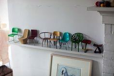 Quem aqui possuí uma mania? E que tal essa mania de colecionar objetos em miniaturas? Super fofa essa coleção de mini cadeiras, uma mais linda e diferente que a outra!