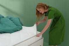Es ist völlig normal, dass Ihre Körpertemperatur während des Schlafes schwankt. Das brauchen Sie, um gut schlafen zu können.  Nicht nur die Durchlüftung Ihrer Matratze ist daher wichtig, sondern auch die Waschbarkeit des Bezugs. Eine gute Matratze ist schließlich auch eine saubere und frische Matratze. Bed, Home, Best Mattress, Sleep Better, Mattresses, Stream Bed, Ad Home, Homes, Beds