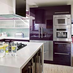 BlogTendenciasyDecoración: Una cocina en berenjena y turquesa