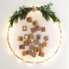 Ein Adventskalender gehört bei uns einfach dazu. Dieses Jahr musste einem Hula-Hoop Reifen herhalten. Verziert mit einer Lichterkette und kleinen Boxen gibt das Ruck-Zuck einen tollen Kalender.