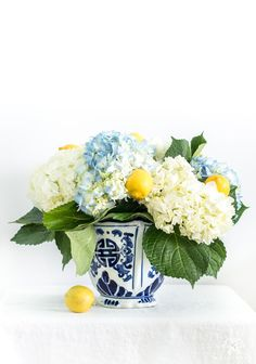 26 Summer Progressive Dinner Party- Citrus And Hydrangea Centerpiece Citrus And Hydrangea Centerpiece Hi friends! Summer is in FULL swing for us and I didn't intend to release a whole week by without checking in! Lemon Centerpieces, White Floral Centerpieces, Wedding Centerpieces, Centerpiece Ideas, Wedding Decorations, Hortensien Arrangements, Yellow Flower Arrangements, Inexpensive Flower Arrangements, Lemon Flowers