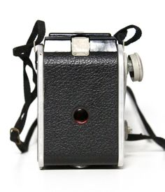 Vintage 60s Dualflex II Camera  This is a classic piece of photography history. It is a perfect item to start a vintage camera collection, and a wonderfully unique gift for any photographer. ..::DETAILS::..  Produced 1950-54 (Dec. 1952) Eastman Kodak Co., Rochester, NY USA Film type 620 rollfilm Picture size 6×6 Weight 1lb, 1.4oz (493.3g) Lens Kodar 72mm 1:8 Focal range 3.5′ to infinity Shutter simple spring w/sliding aperture disc (f8, f11, f16) Shutter speeds Instant, about 1/30 p...