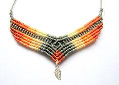 Collar multicolor, 100% hecho a mano y muy cómodo de llevar. Simple pero muy llamativo y lleno de vida. Es perfecto para llevar todos los dias o