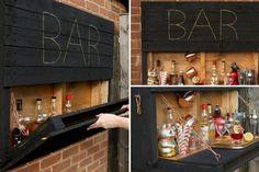 DIY Outdoor Pallet Bar - The Handy Mano - Jardin Vertical Fachada - Paletten projekte Outdoor Pallet Bar, Pallet Lounge, Diy Pallet Sofa, Diy Outdoor Table, Diy Pallet Projects, Pallet Ideas, Pallet Benches, Pallet Walls, Pallet Furniture