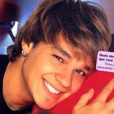 Aqui no Brasil, o Leandro do KLB era o sertanejo gótico suave que você queria chamar de seu. | 16 vezes em que as boy bands despertaram a sua sexualidade
