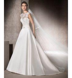 Vestido de novia en mikado y aplicaciones de encaje y tul con escote ilusión y tirante ancho a la espalda. Modelo Morgan Colecc