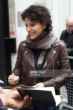 Juliette Binoche seen at BBC Radio 2 on March 2014 in London, England. Short Haircut Styles, Short Styles, Blonde Pixie Cuts, Short Hair Cuts, Stylish Older Women, Star Francaise, Juliette Binoche, Fresh Hair, Trending Haircuts