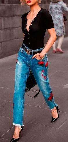 cool outfit idea: top printed jeans heels
