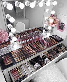 How to Organize & Display Makeup in Cool Ways, makeup organization,makeup vanity,makeup storage organization small spaces Makeup Beauty Room, Makeup Room Decor, Makeup Rooms, Hair Beauty, Diy Makeup Vanity, Makeup Desk, Makeup Vanities, Makeup Glowy, Makeup Salon