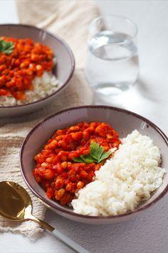 Bílé fazole v tomatové omáčce jsou veganské jídlo, které je inspirováno tureckým kuru fasulye. Kuru fasulye je vlastně velmi podobné cizrnovému jídlu chana masala, které je už několik let na blogu. Moje verze tohoto tureckého pokrmu je velmi snadná a rychlá na přípravu, která vám zabere maximálně 20 minut. Chana Masala, Risotto, Ethnic Recipes, Food, Essen, Meals, Yemek, Eten